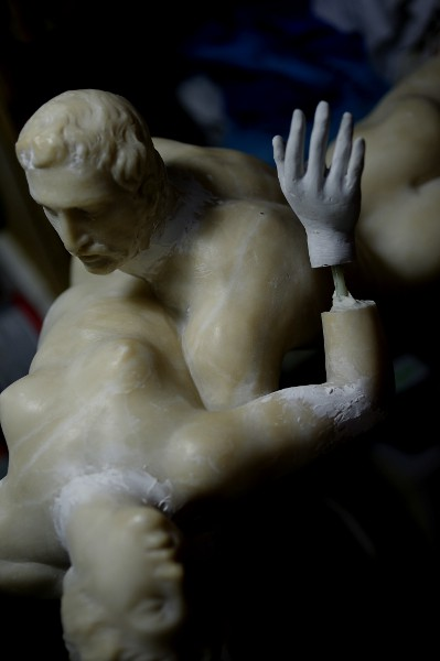 Scultura in alabastro, copia del Ratto delle Sabine di Giambologna (sec. XIX), fase del processo di restauro. - Sculpture in alabaster, a copy of the Rape of the Sabines by Giambologna (XIX century), step of restoration